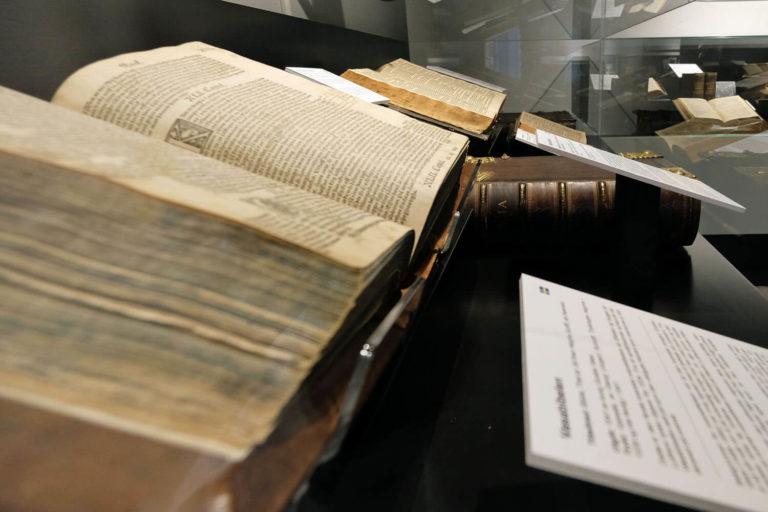 Nordisk bibelmuseum nærbilde i monter